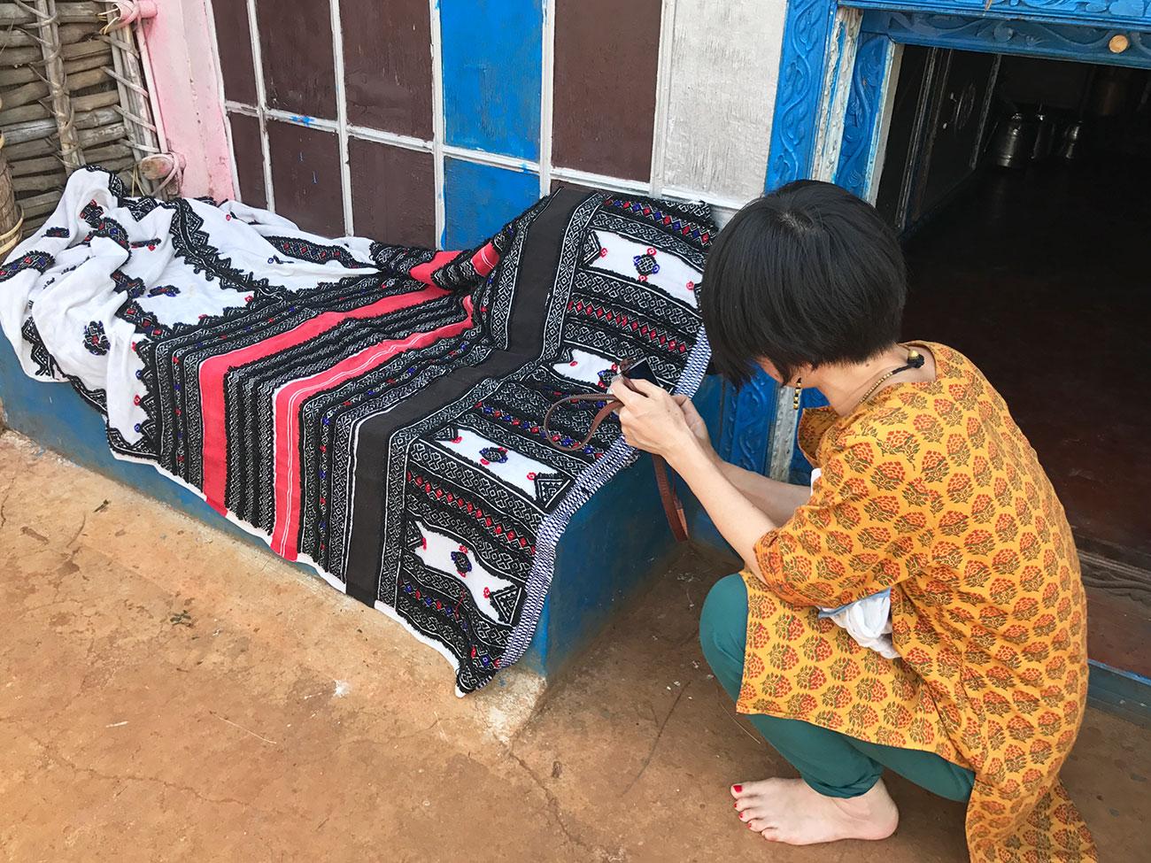 伝統衣装をまじまじと眺めるAROUND INDIA田村ゆみ