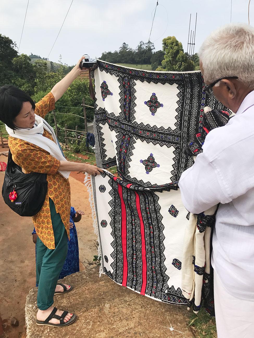 トダ族の刺繍をいろいろと見比べるAROUND INDIA田村ゆみ