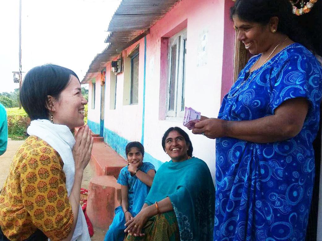 トダ族の村で結婚式の衣装を譲っていただくAROUND INDIA田村ゆみ