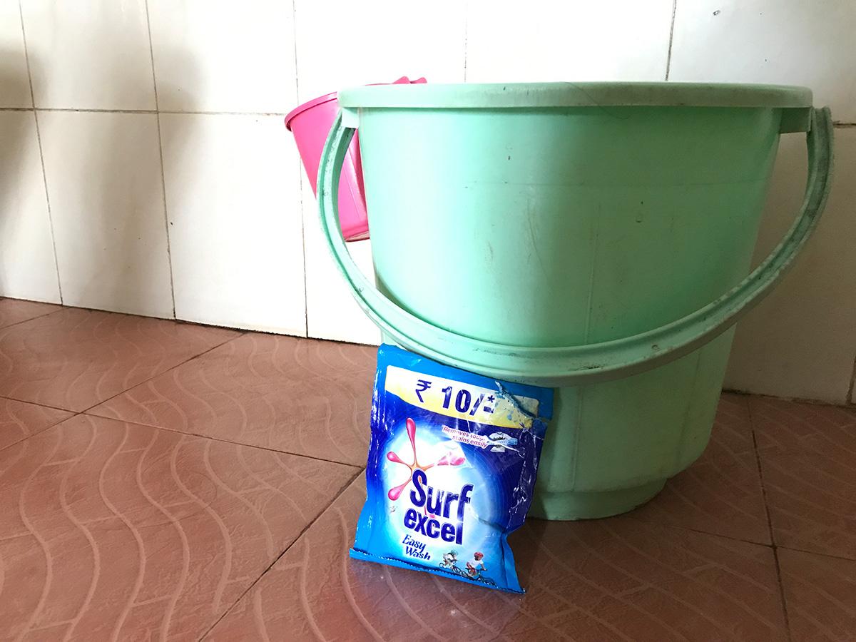 インドの洗濯グッズ、洗剤、バケツ、マッグ