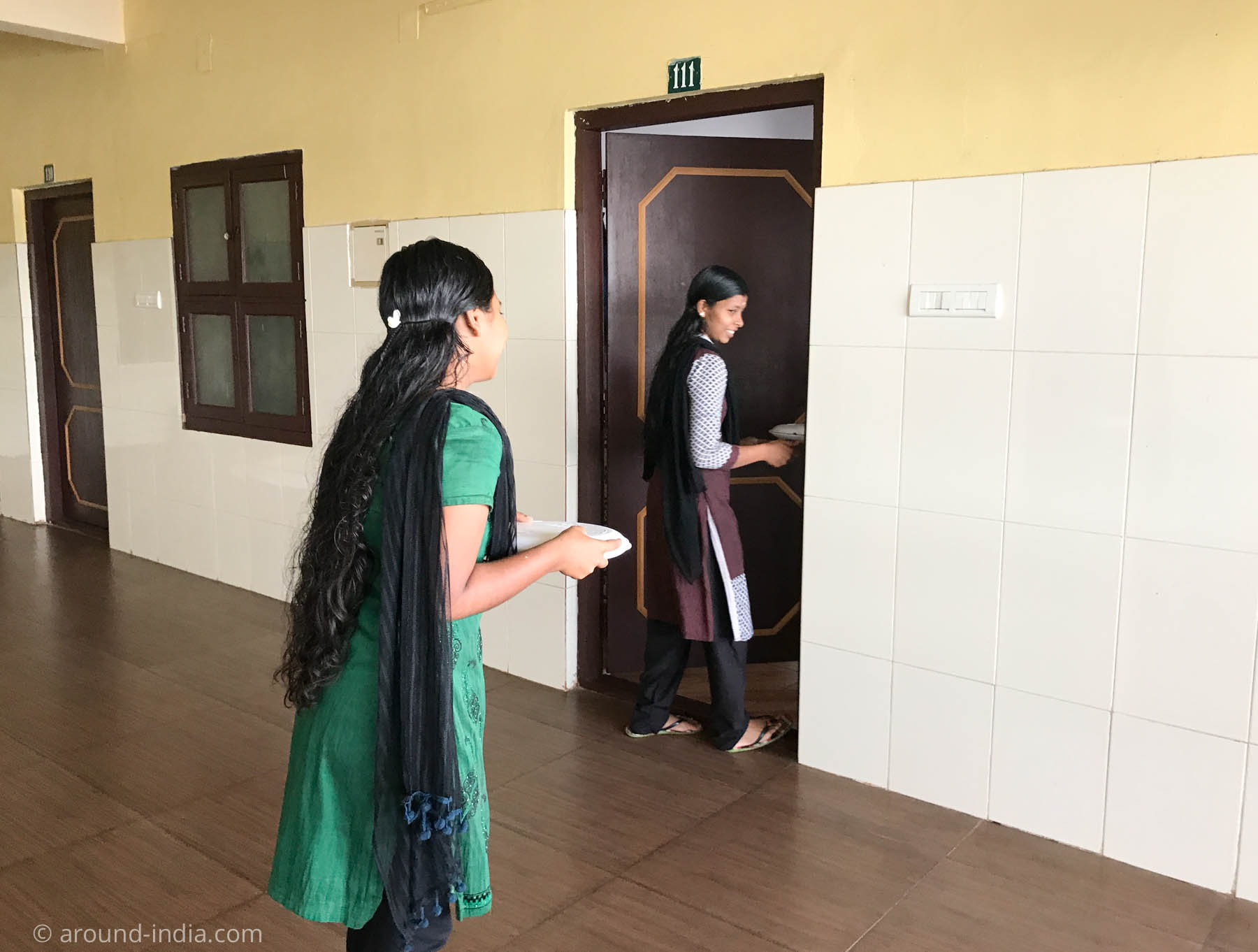 PVAアーユルヴェーダ病院、お薬を病室に運ぶセラピスト