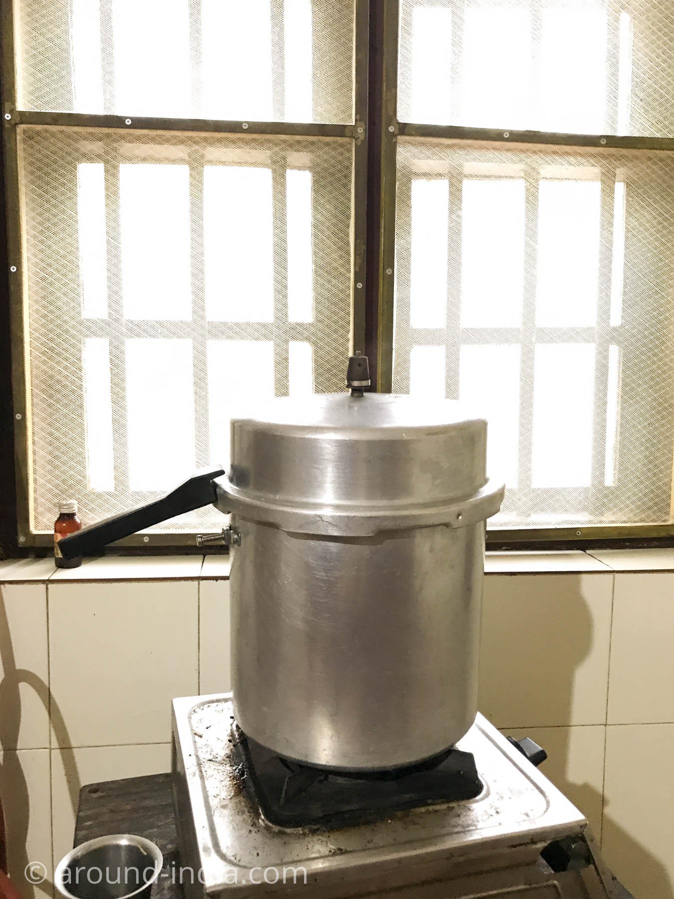 インド料理に欠かせない圧力鍋の大きいバージョン