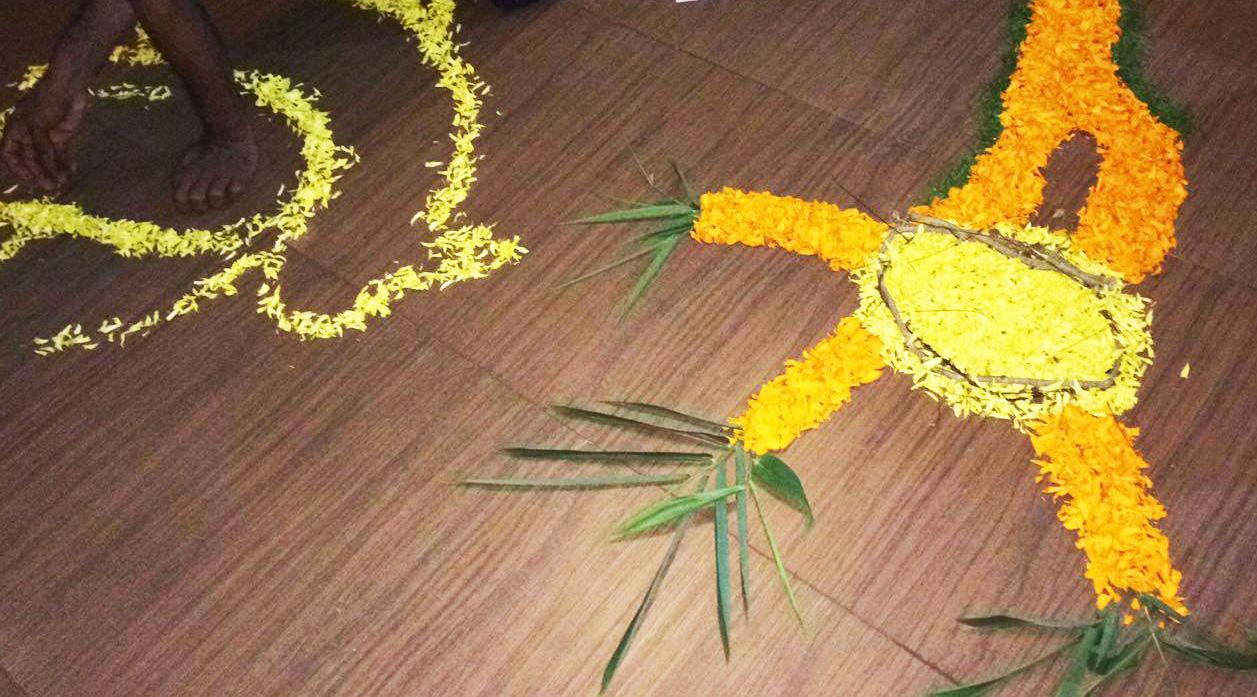 ケララのお祭オナム、PVAアーユルヴェーダ病院のプーカラム10%できたところ