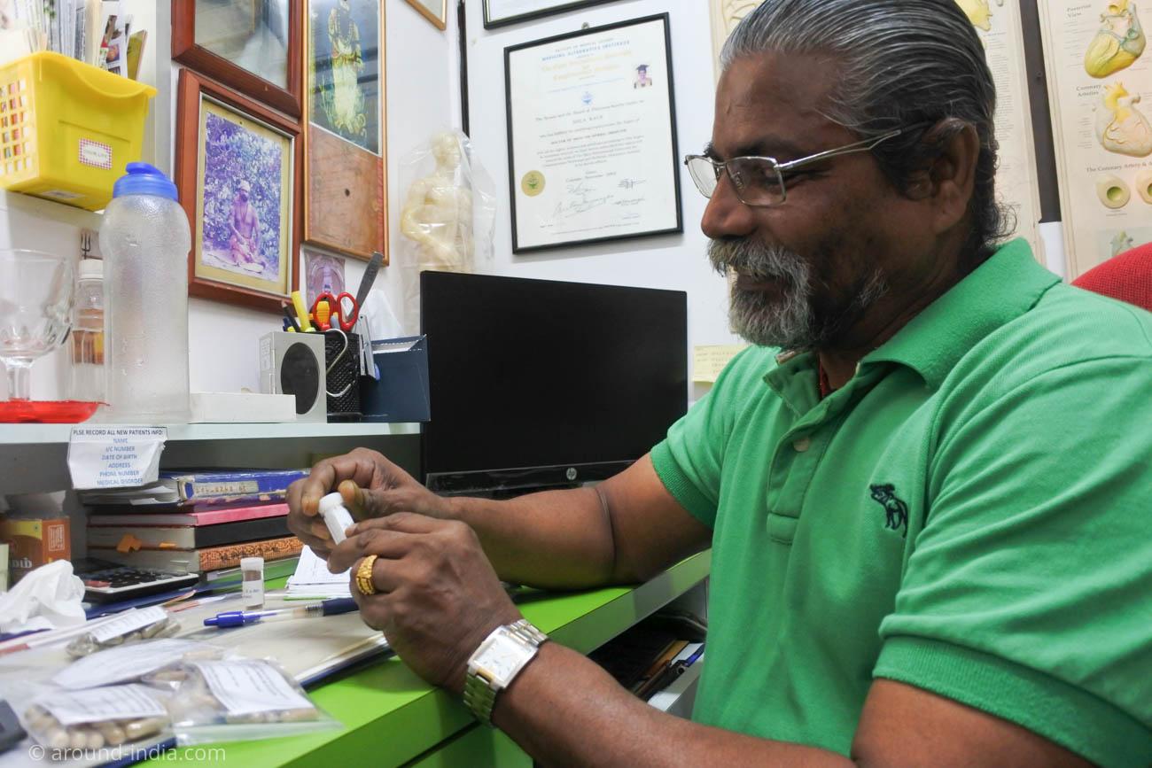 南インドの伝統医学シッダの診療所でドクターにお薬の説明をするドクター