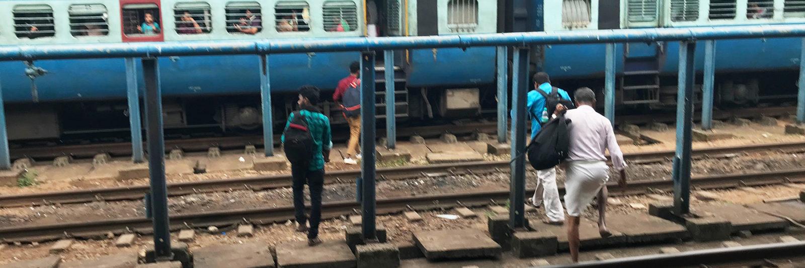 インド・マンガロール駅、線路を歩く人