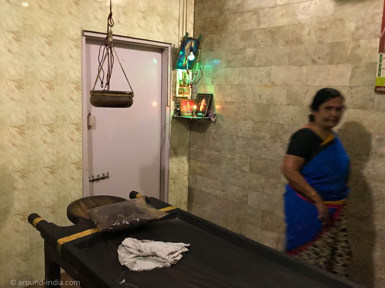 arya vaidya sala kottakalムンバイフォートのトリートメントルームとシロダーラポット