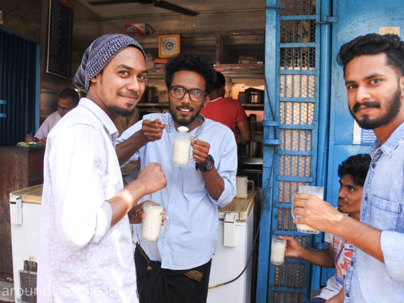 カヌールのCalicut shake前でシェイクを飲む若者たち