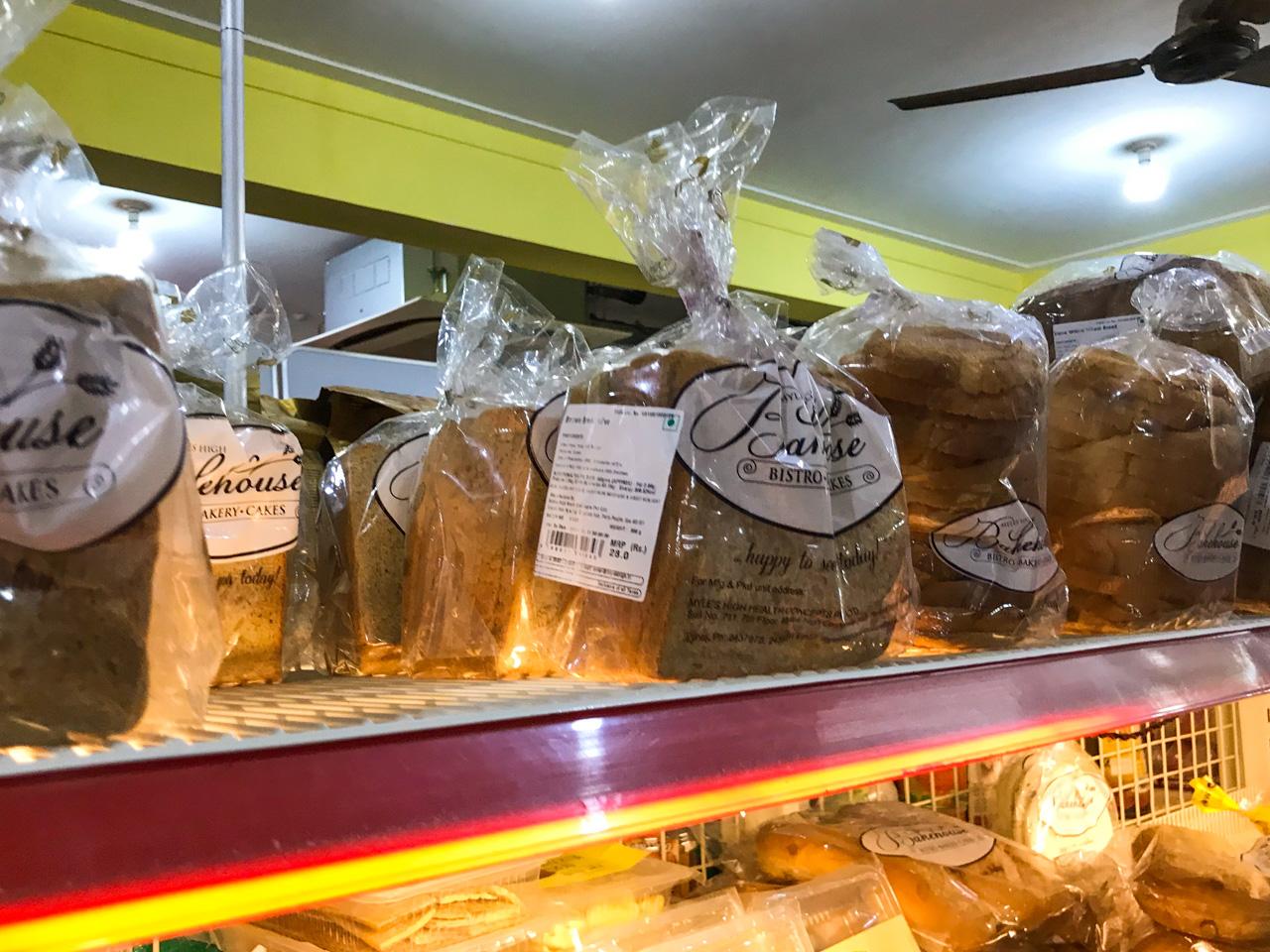 インド・ゴア州のスーパーマーケットに並んだパン
