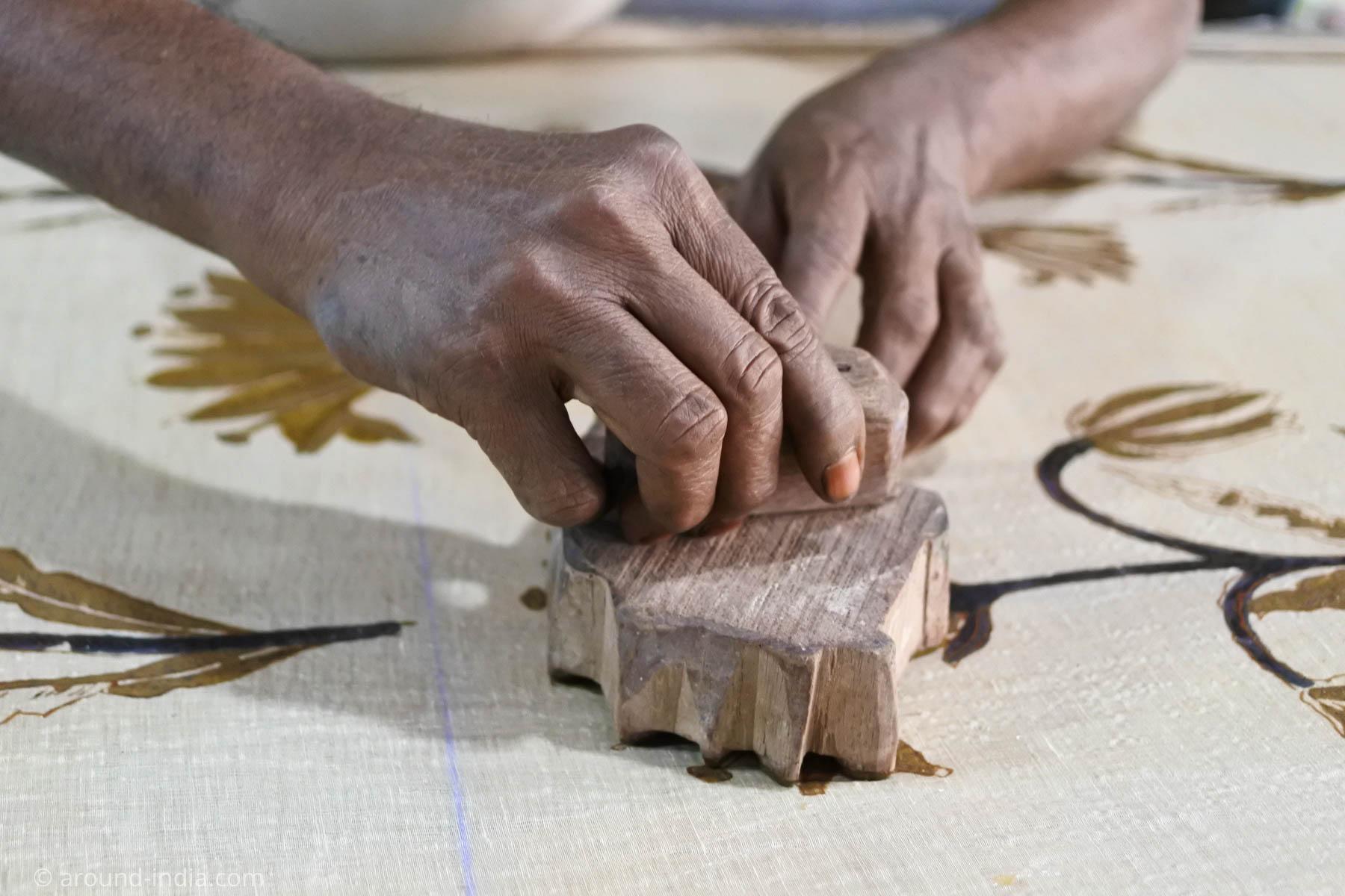 ムンバイ木版プリント工房Pracheen 木版を押しているところ