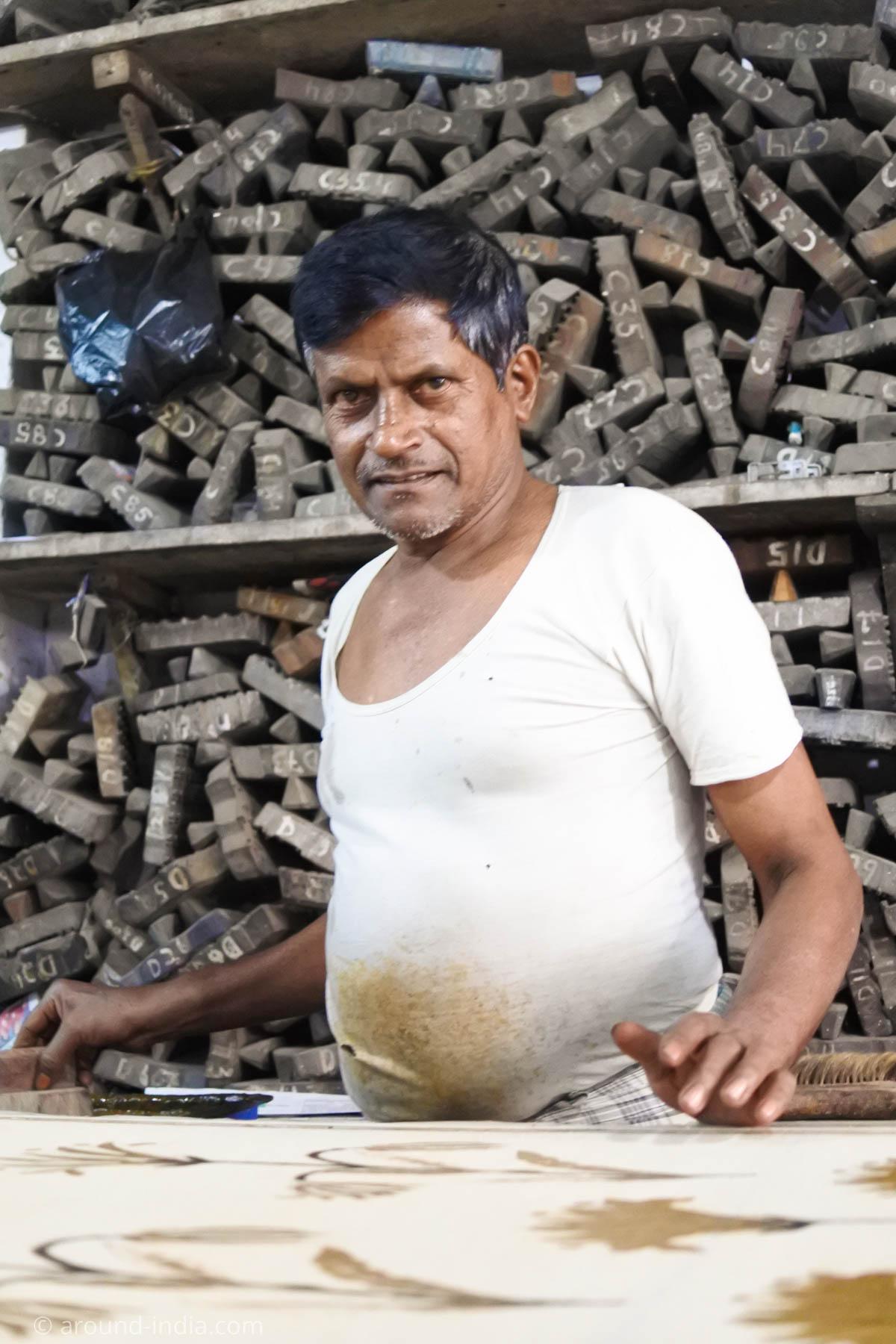 ムンバイ木版プリント工房Pracheen 版押し職人さん