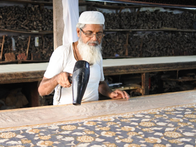 ムンバイ木版プリント工房Pracheen ドライヤーで乾燥させる工程