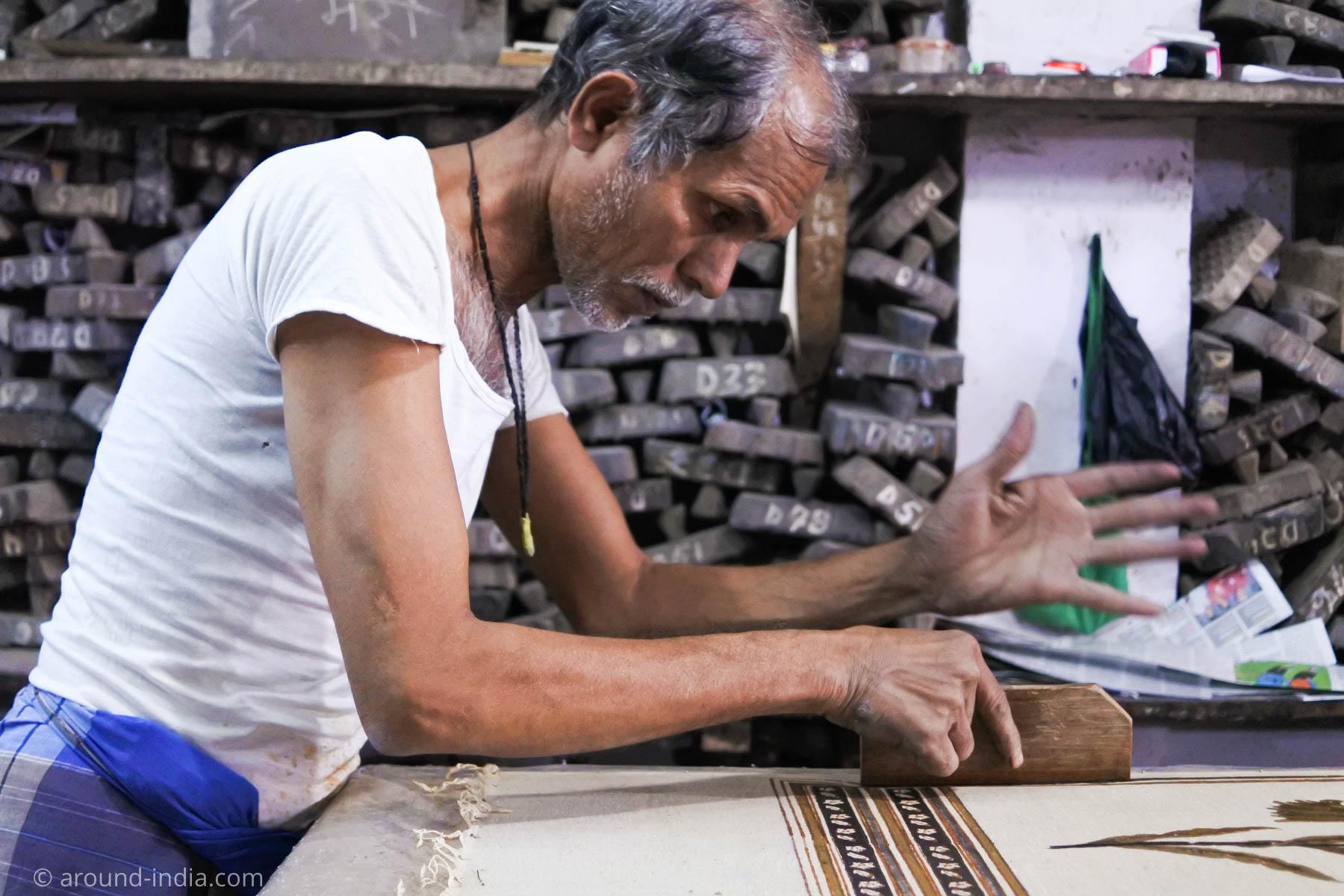 ムンバイ木版リント工房Pracheen 版を押す職人さんの手には大きくて固いまめができています