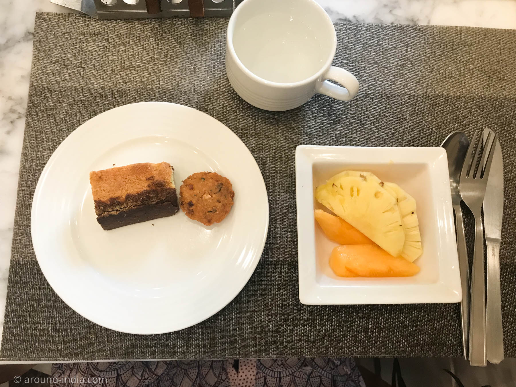 Residency Hotel Fortのフルーツとワダとケーキ