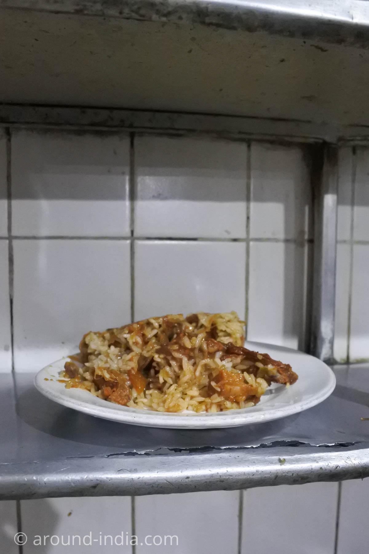 カヌールのビリヤニが人気のレストランMVKのライスを盛る前のグレービー