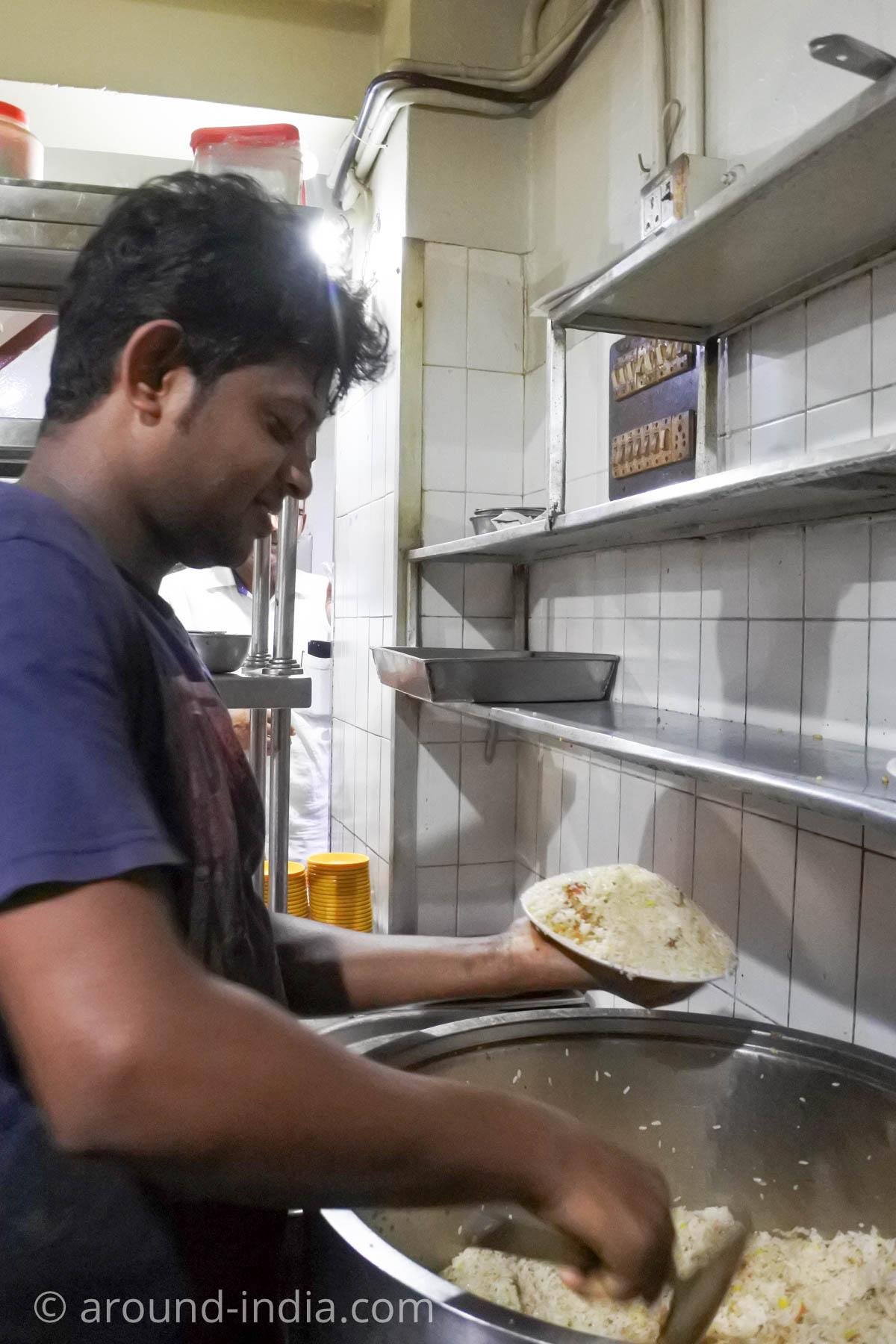 カヌールのビリヤニが人気のレストランMVKのビリヤニを盛り付けているところ