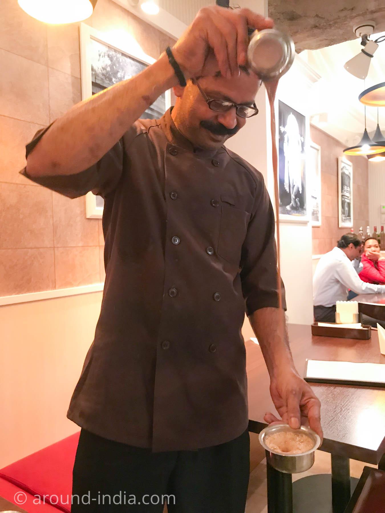 横浜中華街のインド料理店ナクシャトラのチャイパフォーマンス