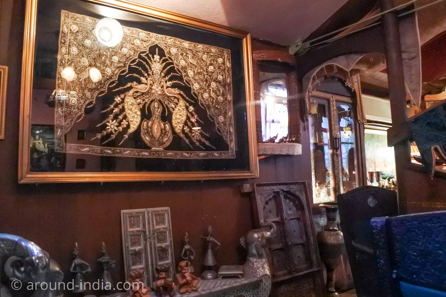 紅茶がおいしいダージリン 日暮里のアンティークが映える店内