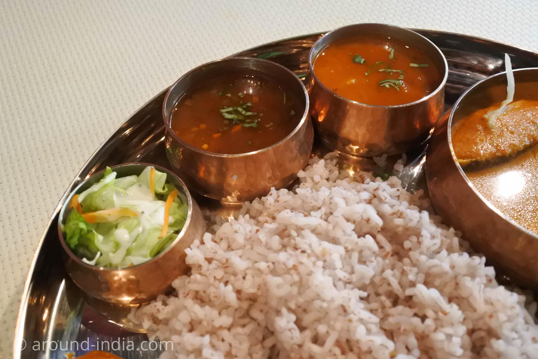 日本初マンガロール料理店バンゲラスキッチンのサンバル、サール、サラダ