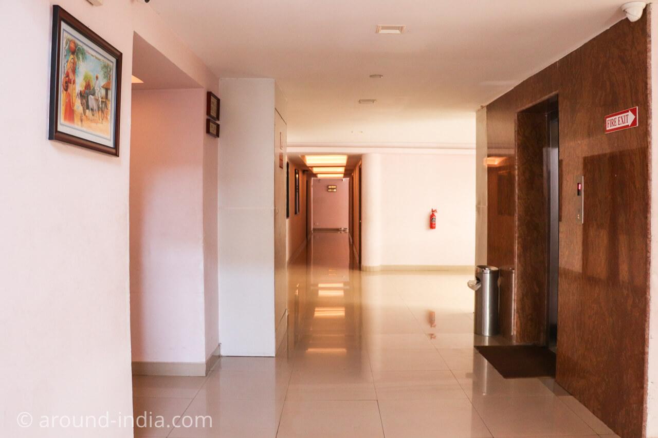 カヌールのホテルRainbow Suiteエレベーターホール