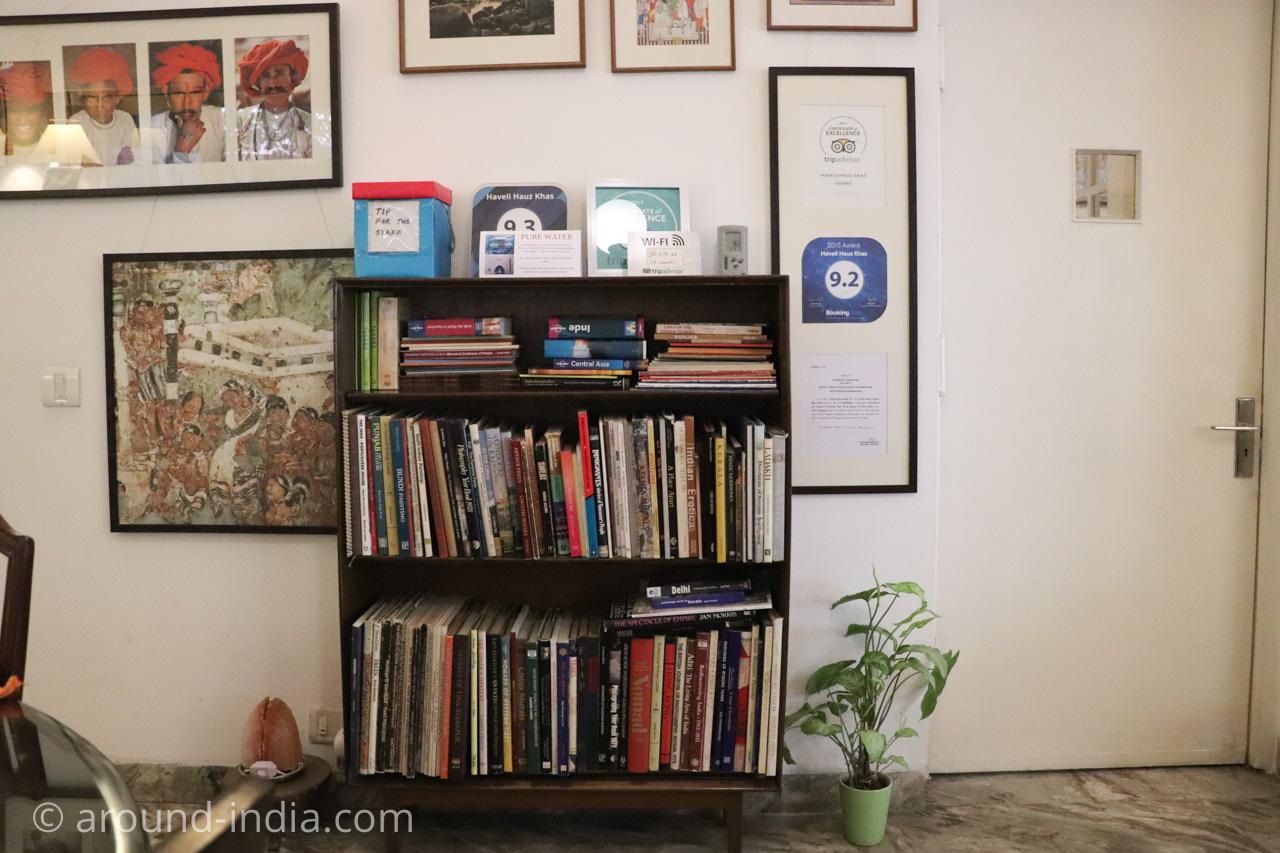 デリーのホテルHaveli Hauz Khasの本棚