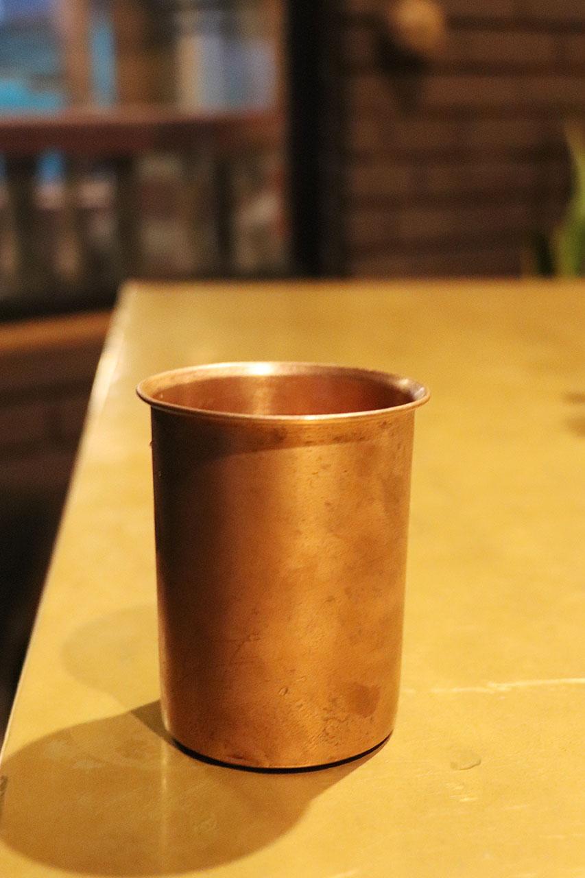 カルナタカ料理カルナティックカフェの銅のカップに入ったお水