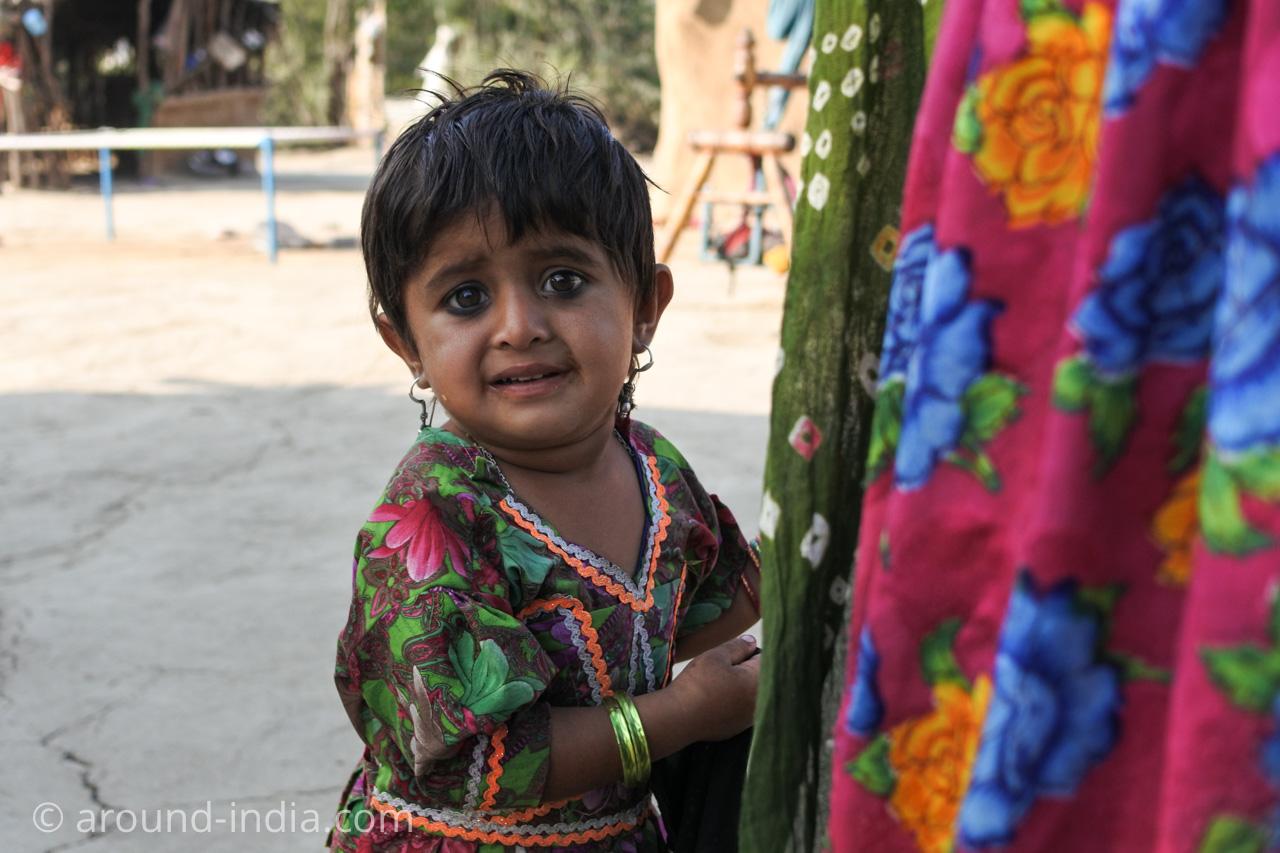 インド・グジャラート州ホドカ村の民家、外人におびえる子供