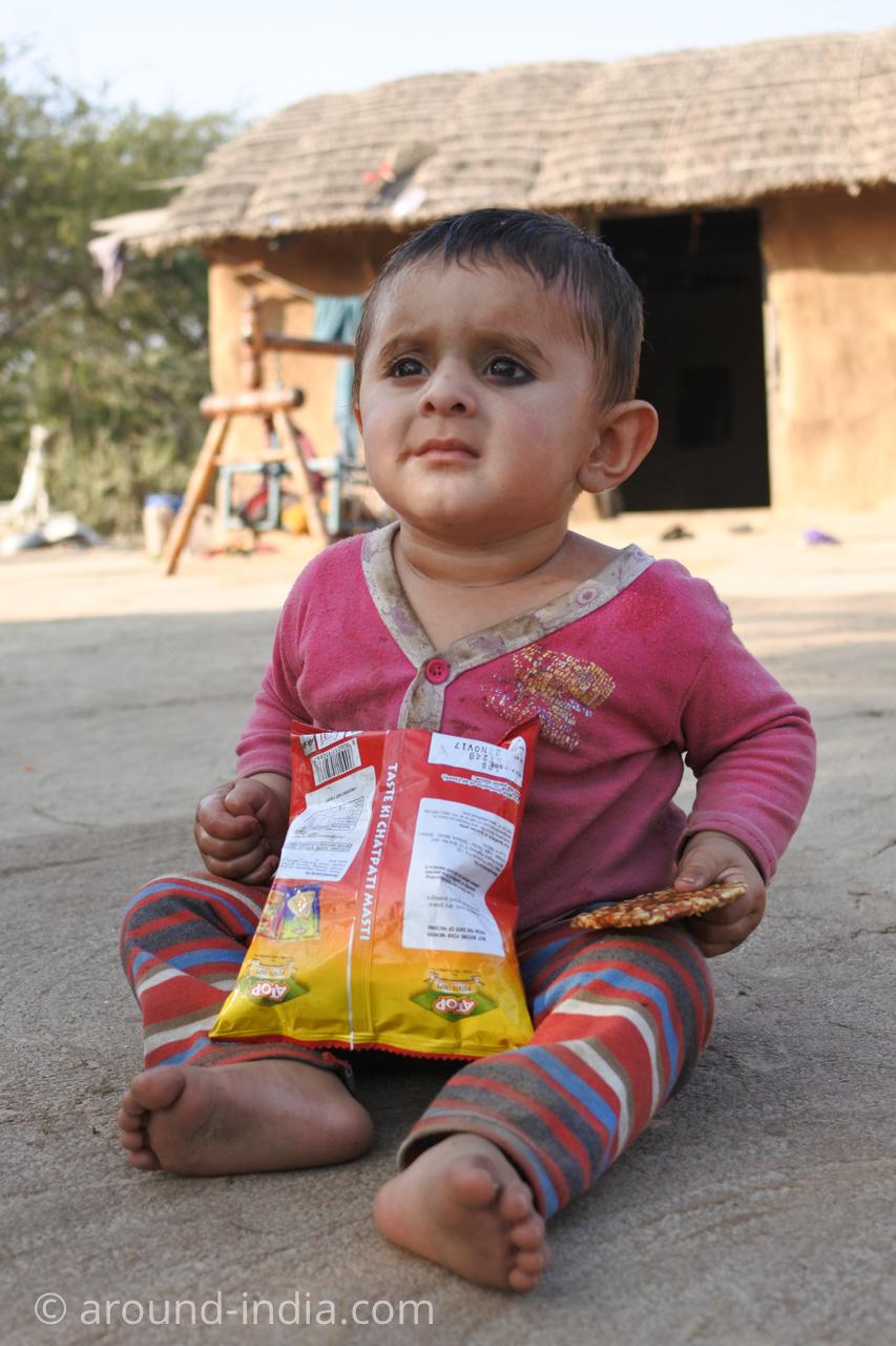 インド・グジャラート州ホドカ村の民家、貫禄のある赤ちゃん