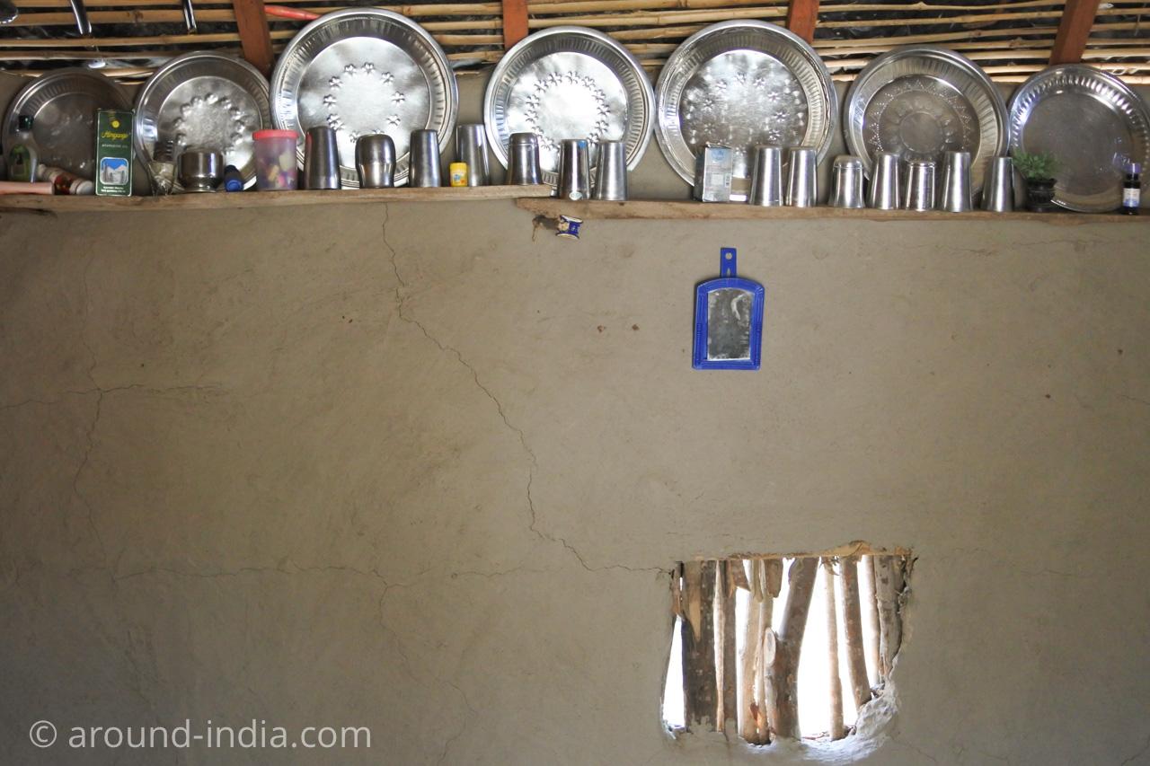 インド・グジャラート州ホドカ村の民家、整然と並んだ食器類