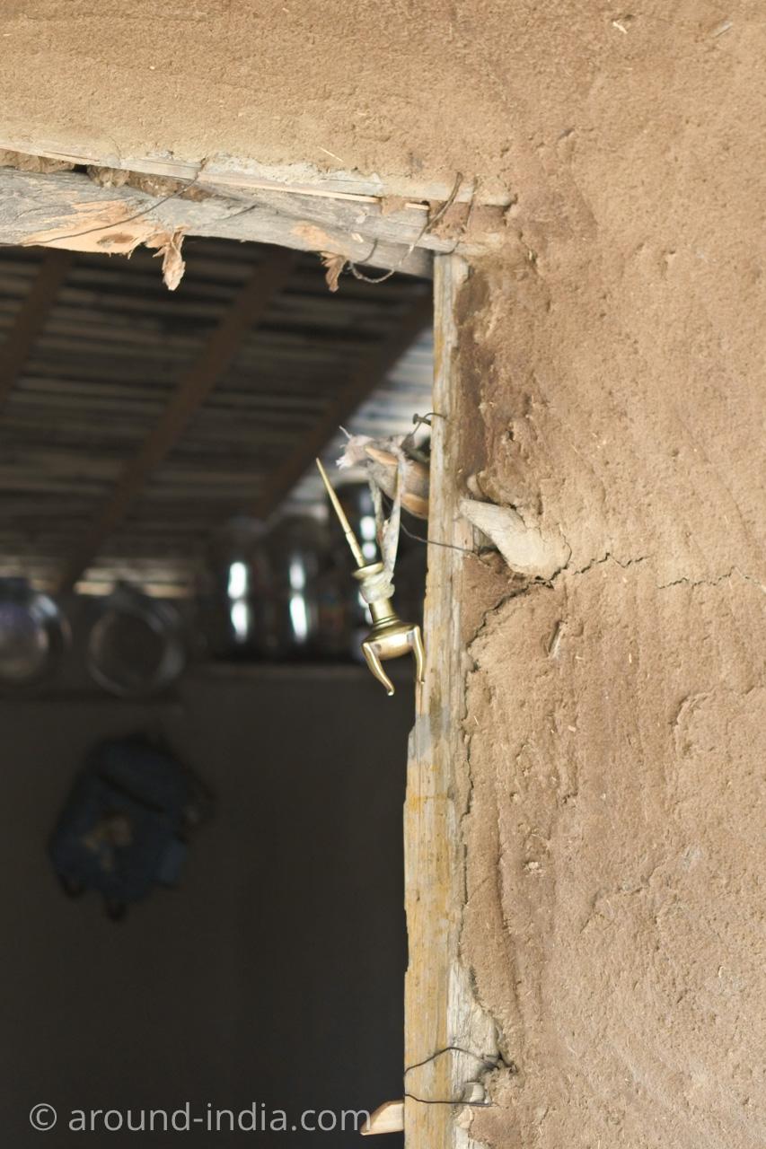 インド・グジャラート州ホドカ村の民家、目に塗るものを入れる容器