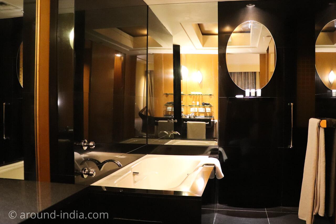 インド・デリーのホテル The Grand New Delhi 漆黒のバスルーム
