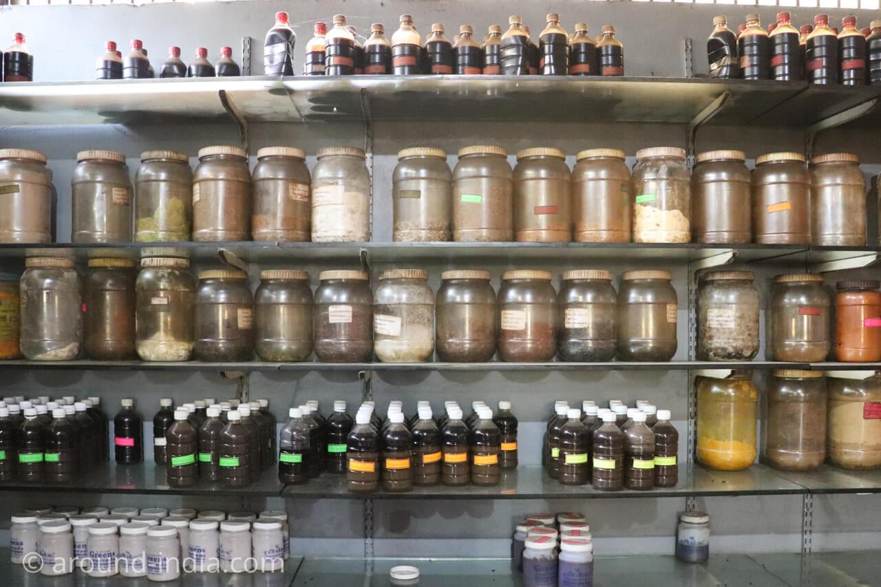 院内で製薬されたアーユルヴェーダのお薬たち