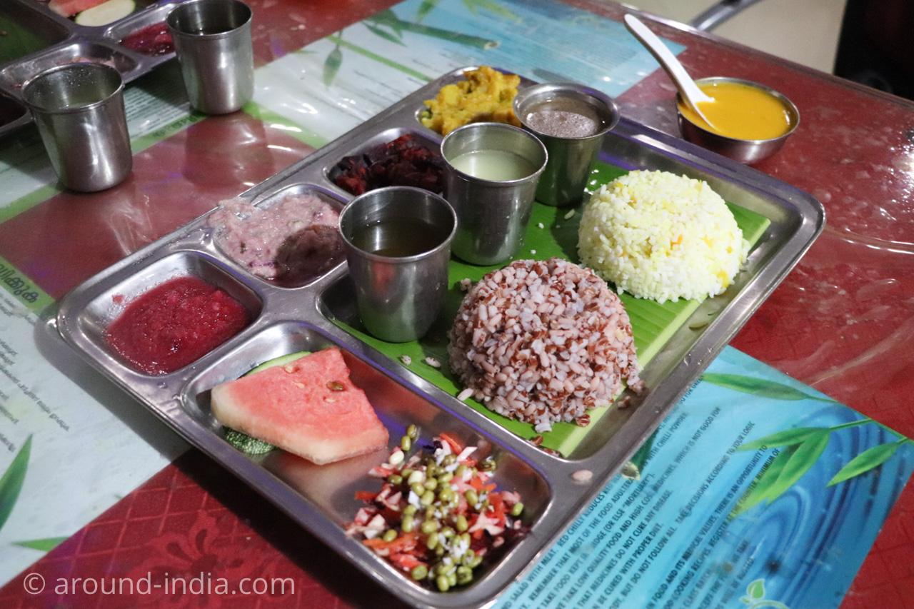 トリヴァンドラムのナチュラルフードレストランPathayamのランチセット