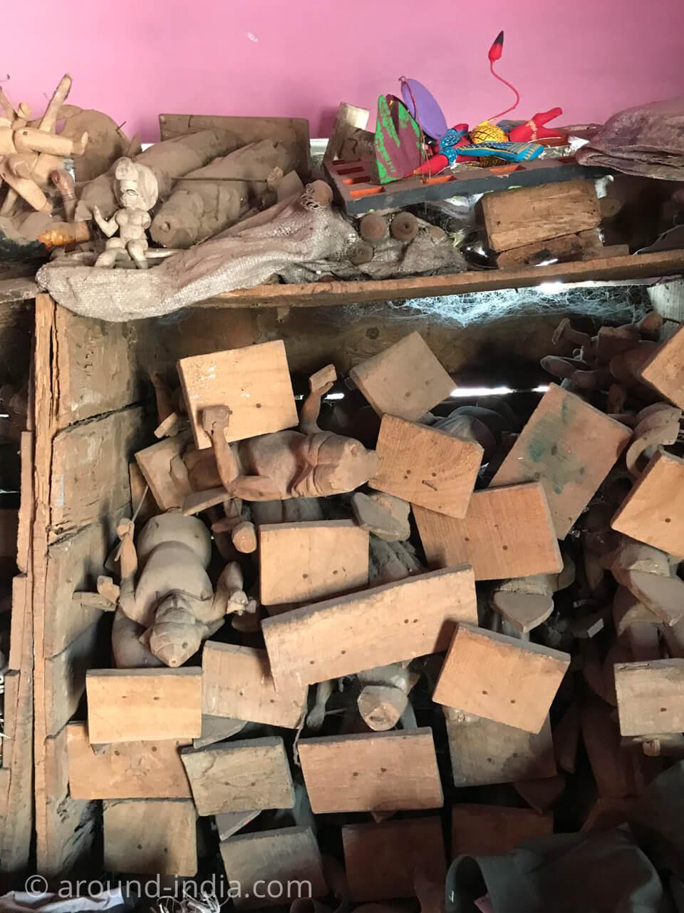 バラナシの木製玩具工房、制作現場