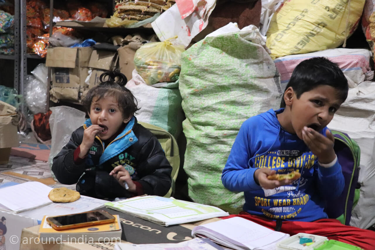 バラナシの木製玩具 グリーンピースプーリを食べる子どもたち