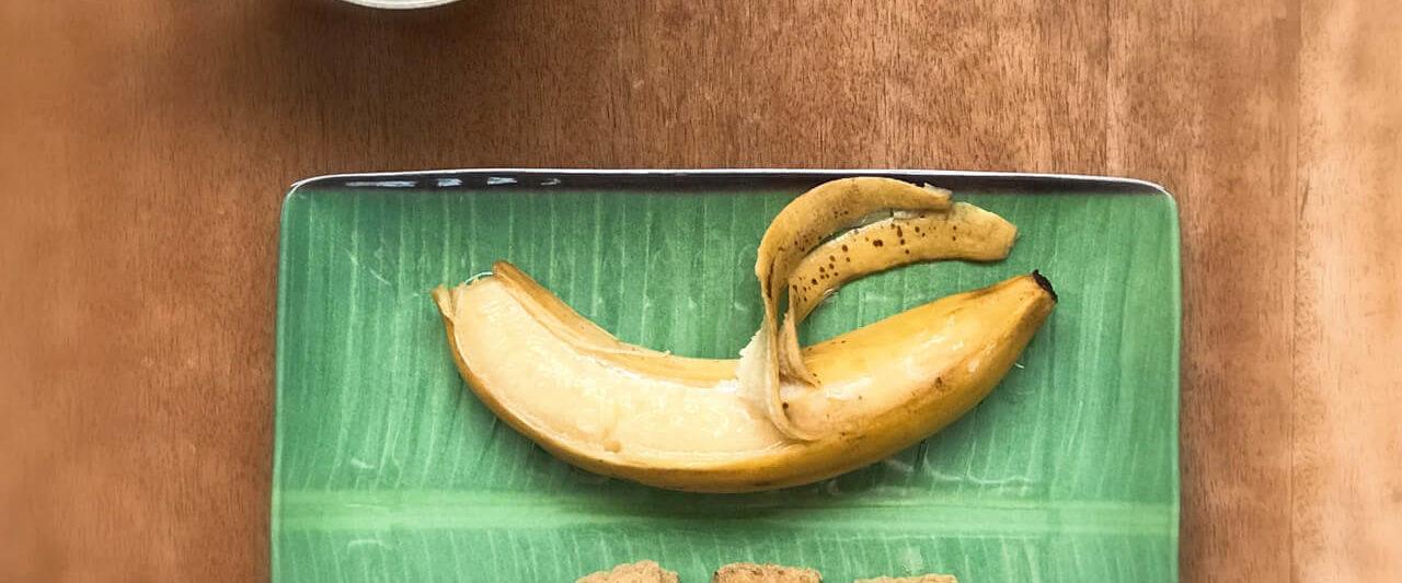 アーユルヴェーダマサラビスケットとジャガリー煮バナナ、カルダモンチャイ