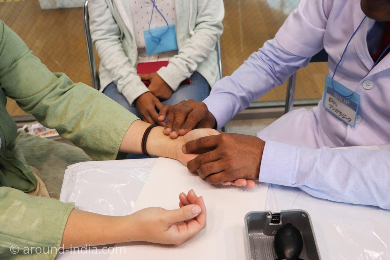 スリランカのアーユルヴェーダドクターによる脈診