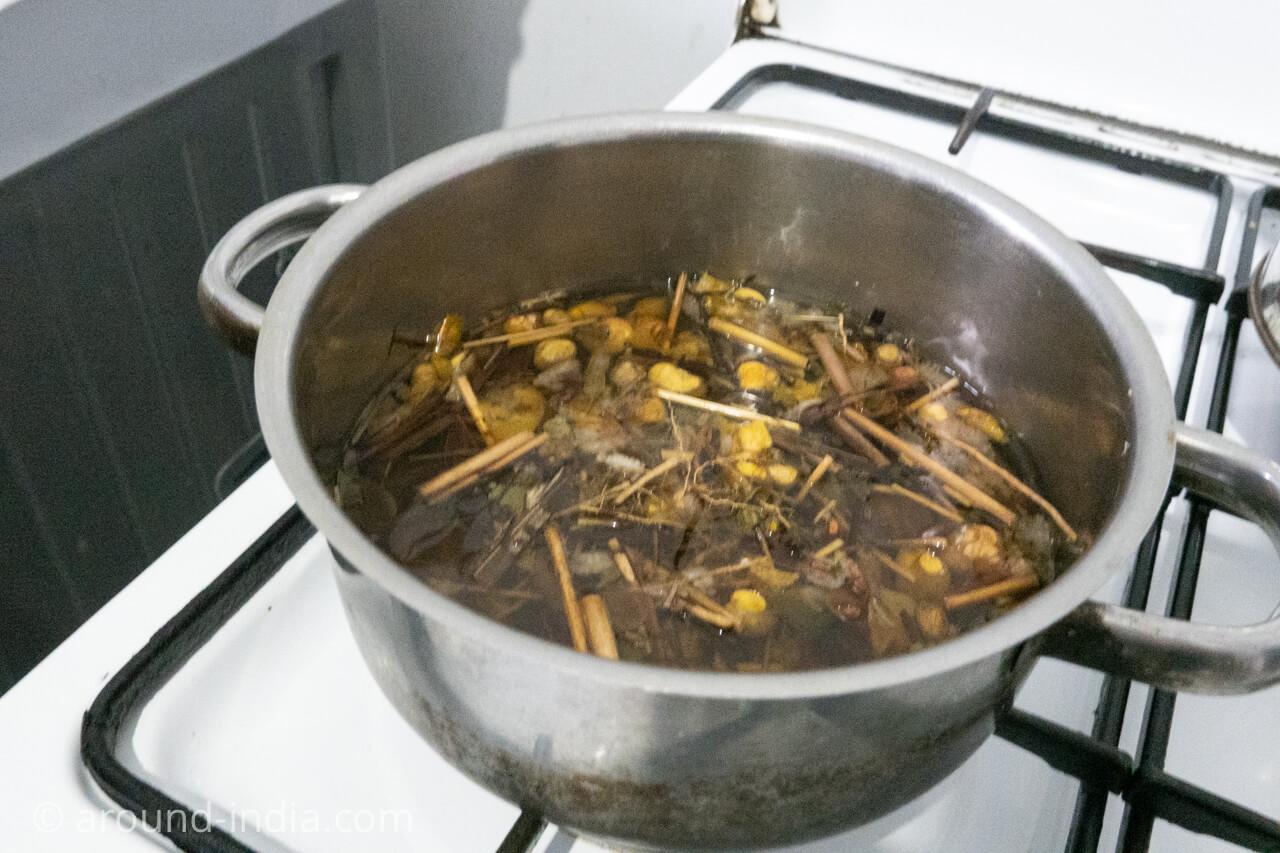 スリランカでアーユルヴェーダハーブティーハーブティーを煮出してもらっているところ