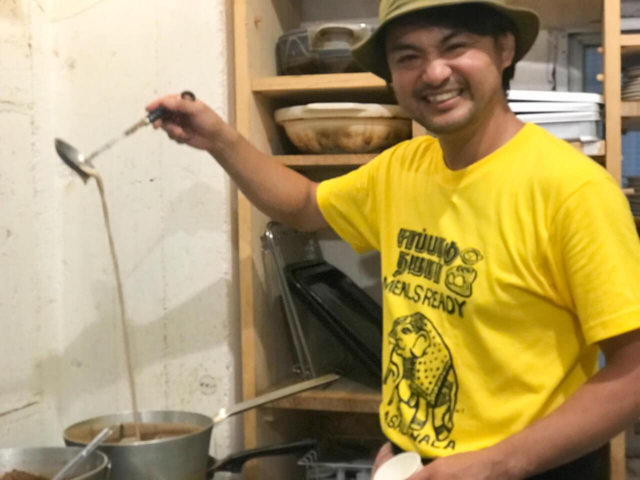 チャイを作るマサラワーラー鹿島さん