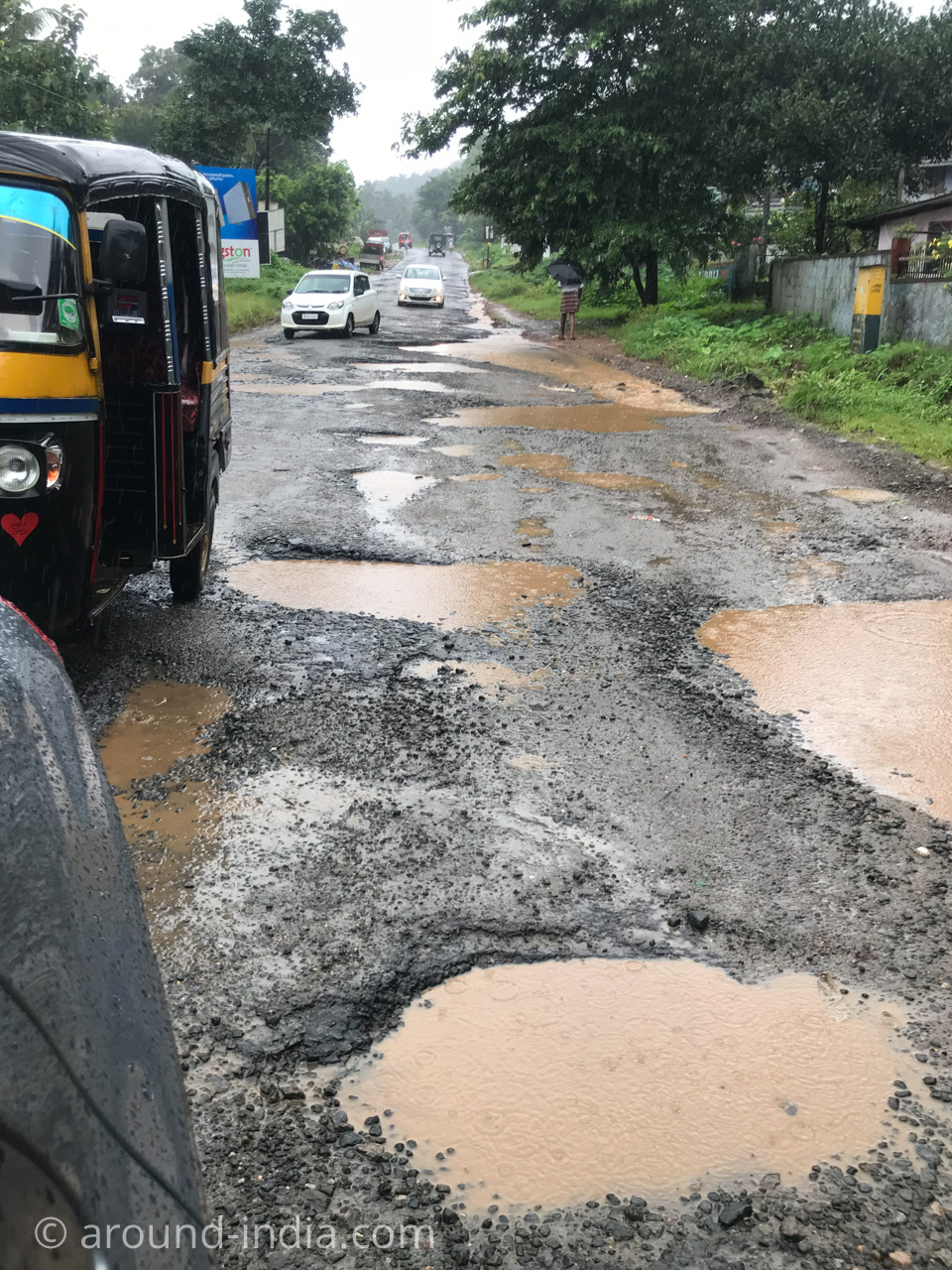 インド・コーチン空港からNechiyil Ayurvedaへ向かう道 大雨で穴の開いた道路