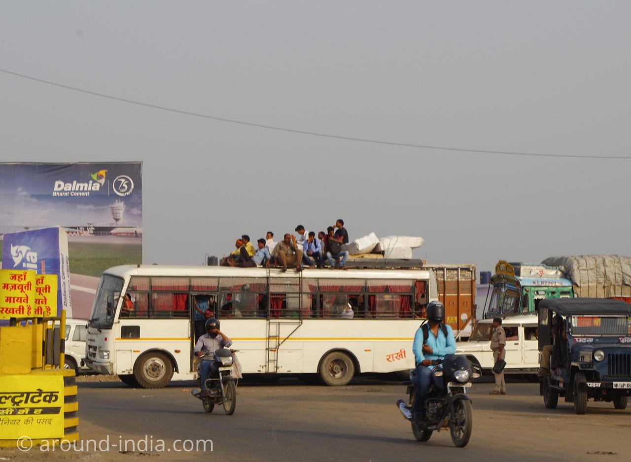 ビハールのバス。人が上に乗ってますね。