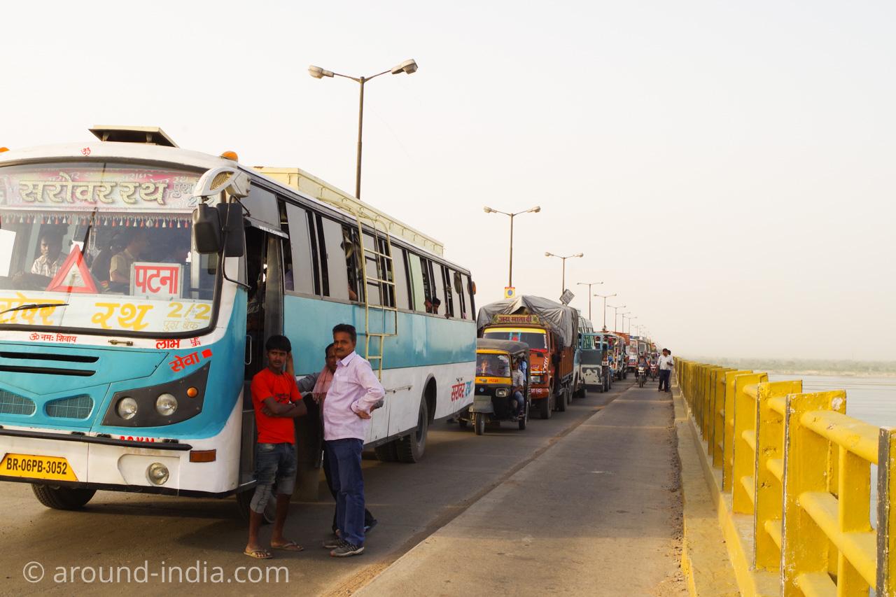 ビハールの大渋滞。バスから人も降りてきます。
