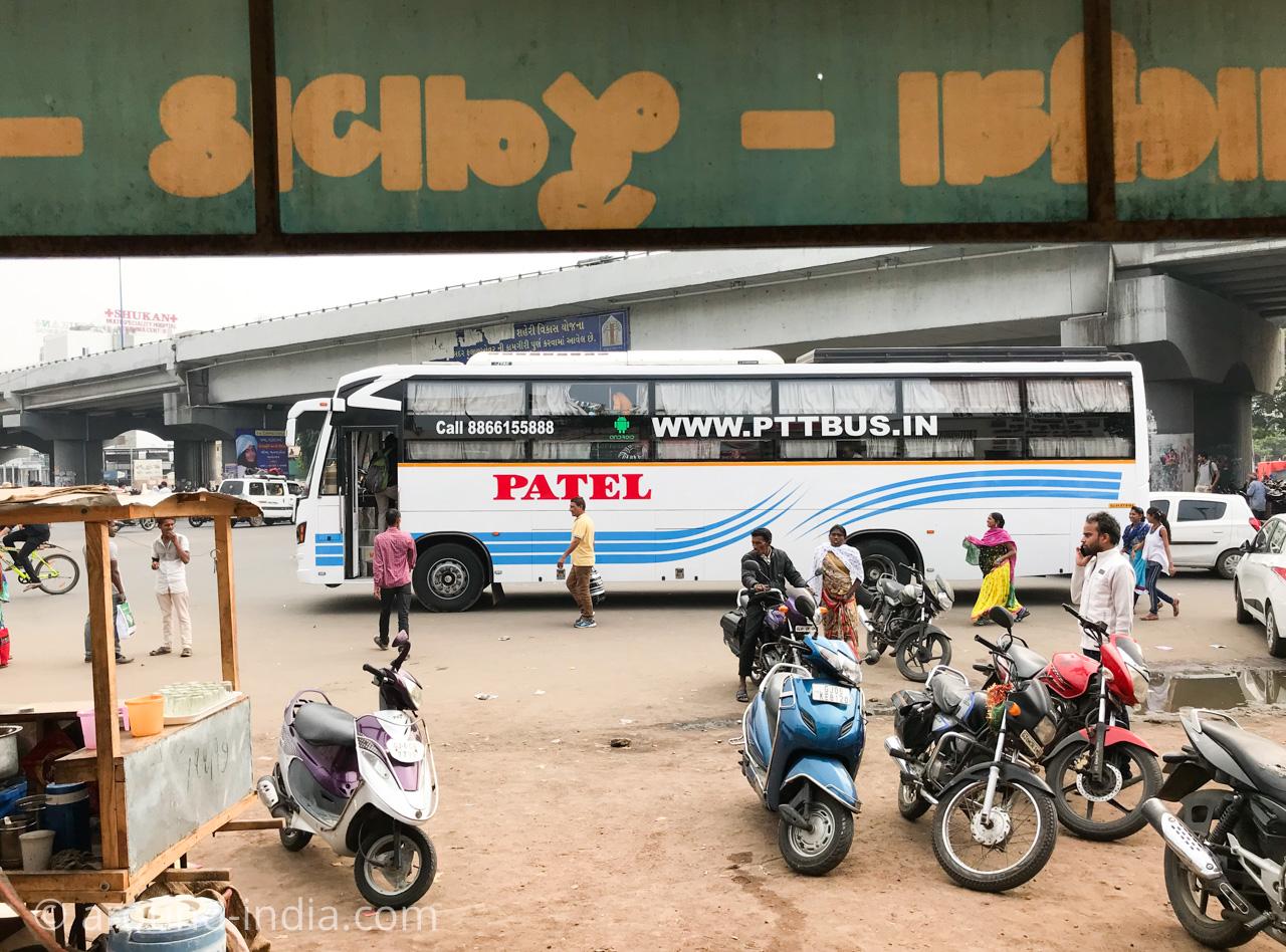 インドの長距離バスの停留所