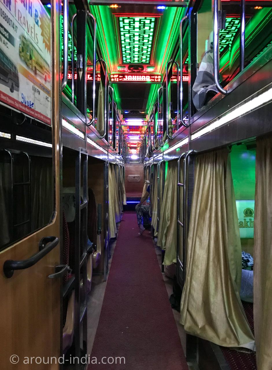 インドの寝台バス 長距離に便利キラキラ