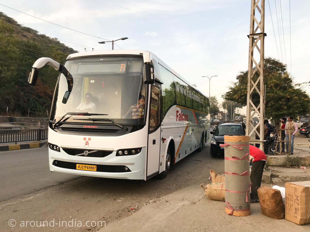 インドの長距離バス停留所と大量の荷物を積む人