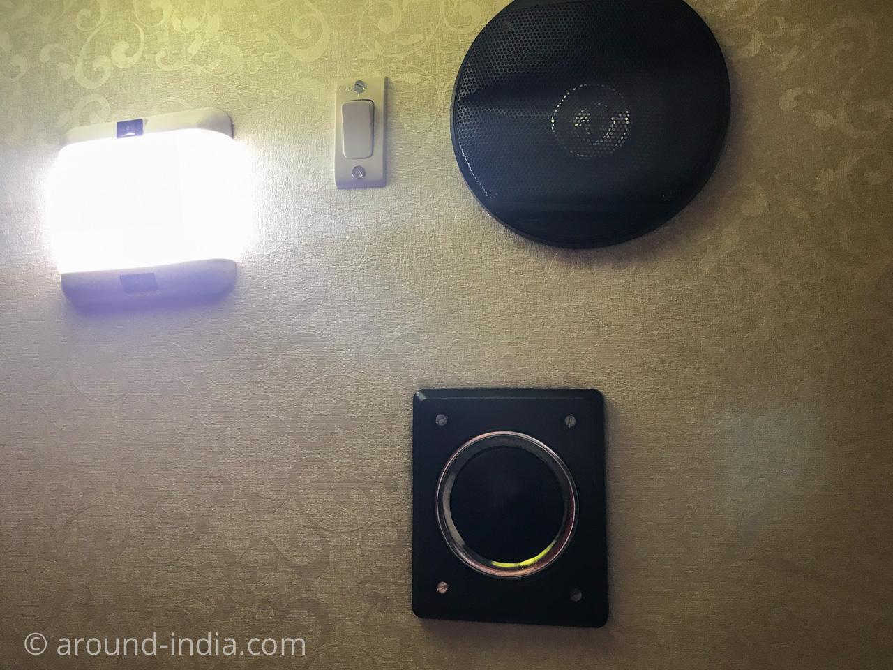 インドの長距離寝台バス 設備 ライトとスピーカー