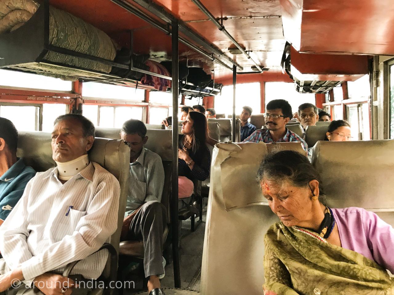 インドのローカルバスと乗客 ウッタラカンド