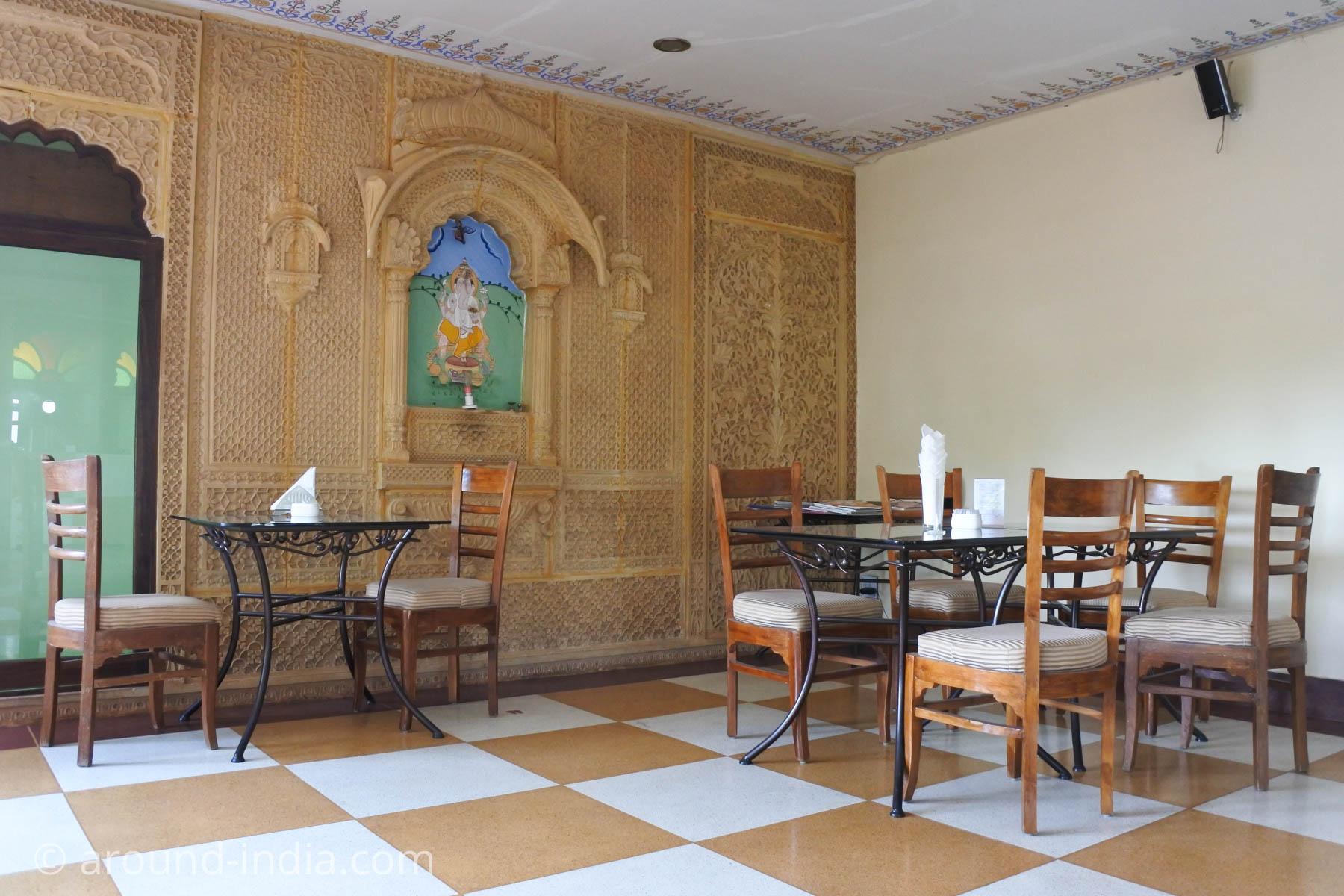 ジョードプルのカフェSheesh mahal店内