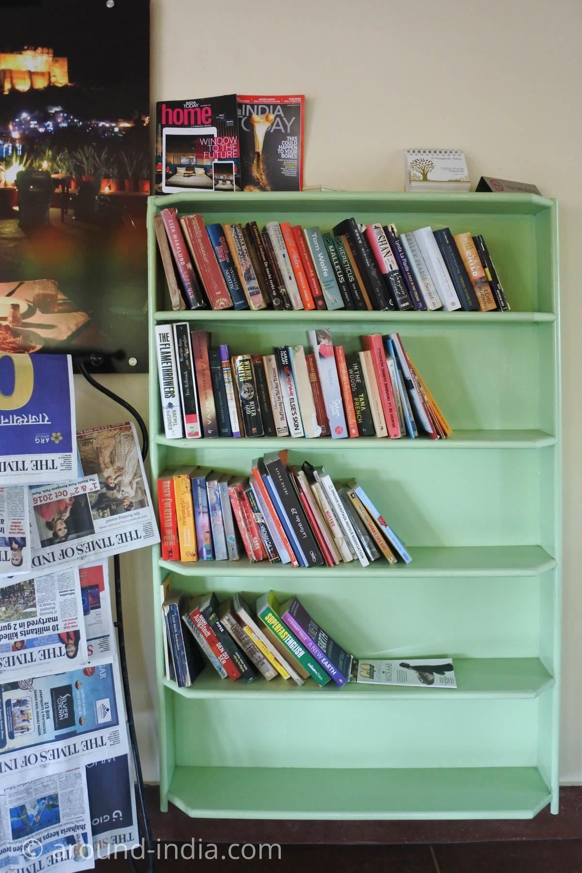 ジョードプルのカフェSheesh mahalの本棚