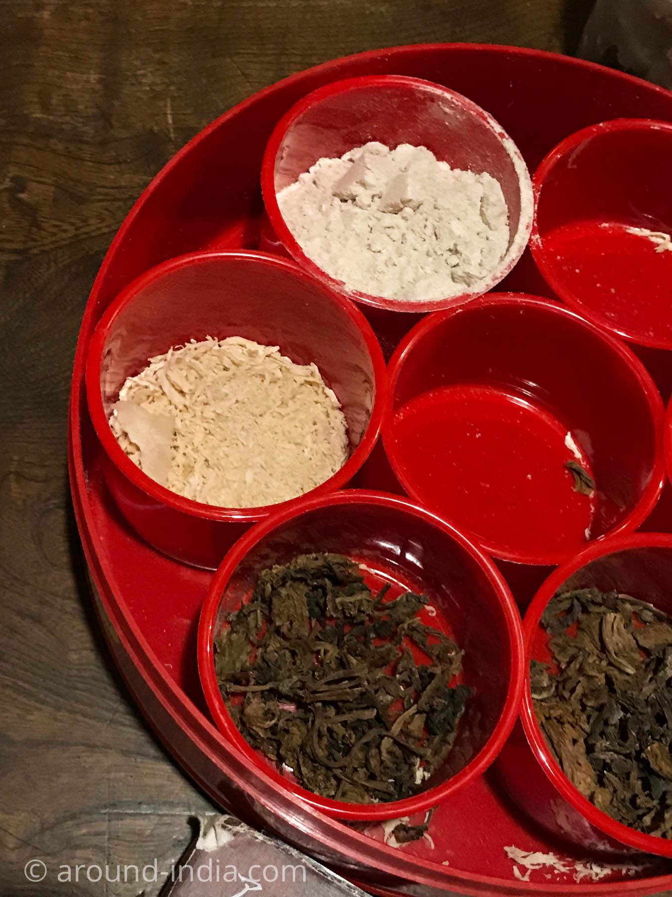 南林間ネパール料理チャンドラ・スーリヤ、大麦パウダー、削ったチーズ、グルンドゥック