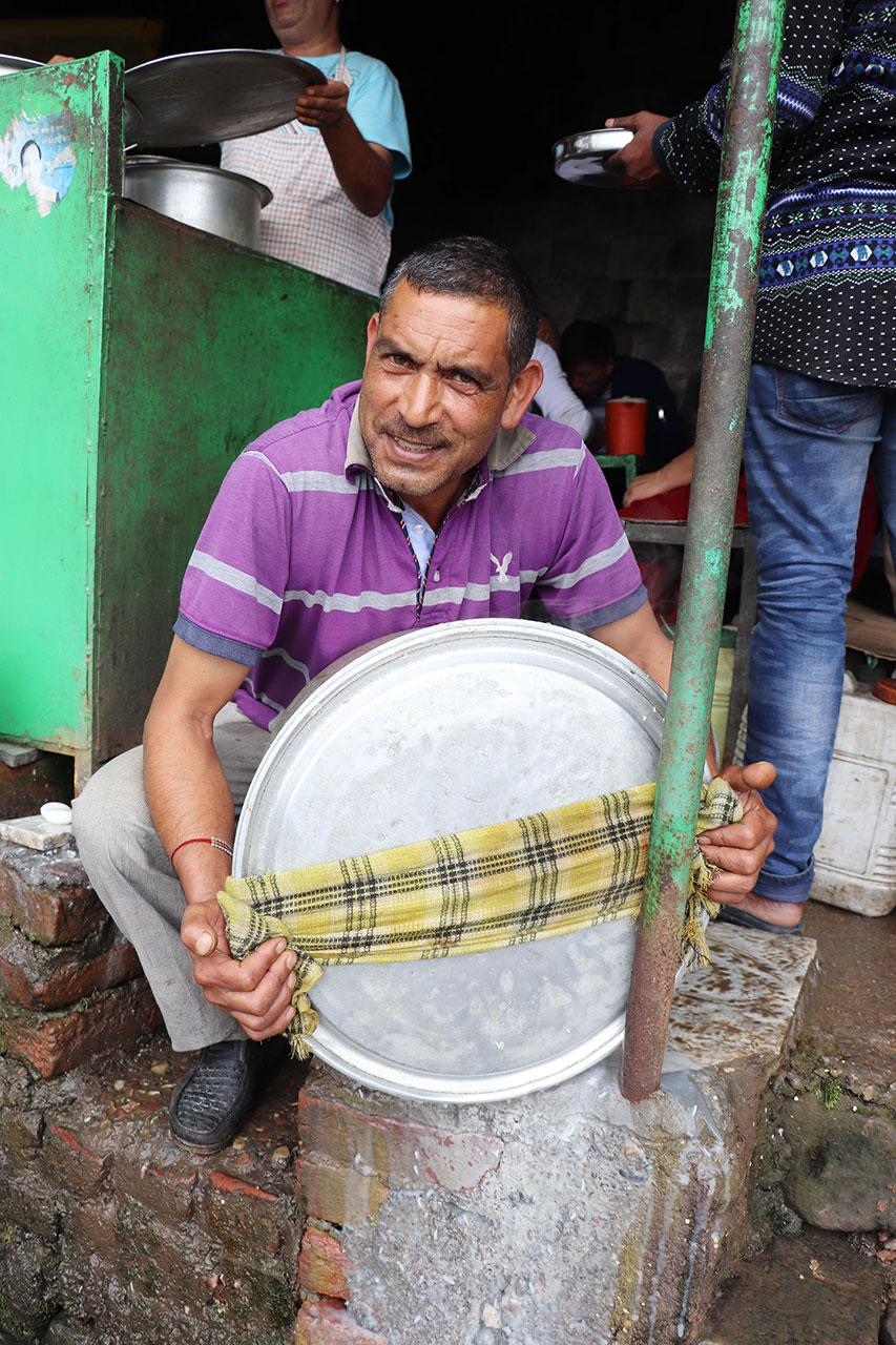 sharma dhaba ダラムサラのマトンライス おじさんがお米の湯切りしているところ